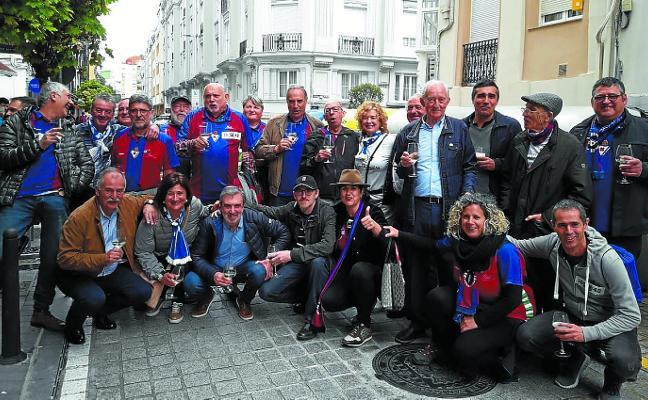 La peña Mandiola, con el Atlético Baleares en Santander