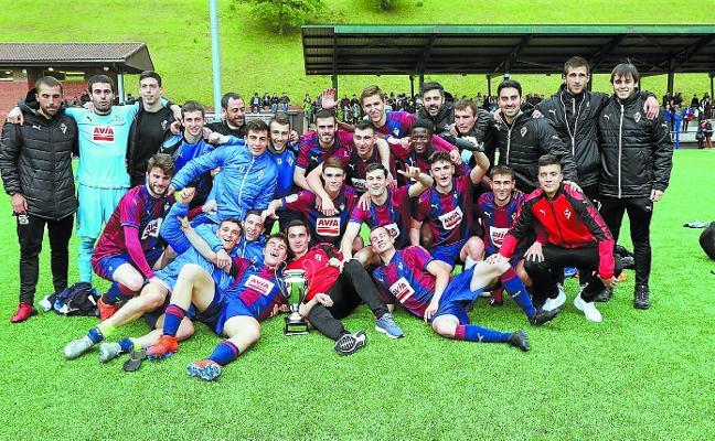El Eibar Urko recibió la Copa de la Liga