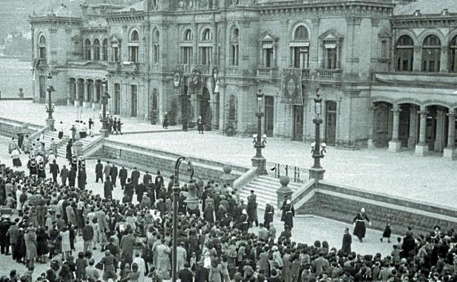 1949: Tamborrada ante la nueva Casa Consistorial... y ante la vieja