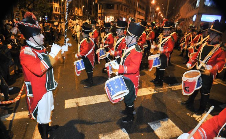 Los tambores de Lagun Garbiak resonaron por las calles de Gros