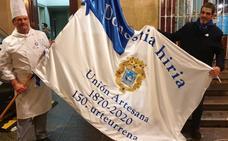 La historia de una bandera única que reposará en una vitrina en la sede de la Artesana