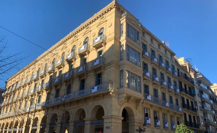 Donostia se inunda de balcones con la bandera de San Sebastián