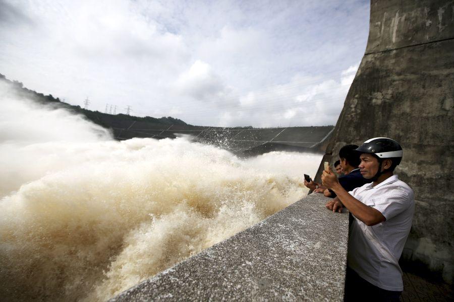 En Vietnam, una central hidroeléctrica abre sus puertas por las fuertes tormentas tropicales