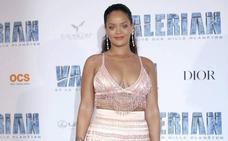 Rihanna lleva la tendencia de las plumas hasta el extremo