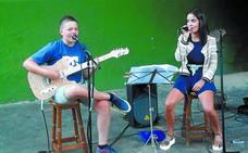 Aritz con su guitarra y Maite con su voz alegraron Pilarrenea
