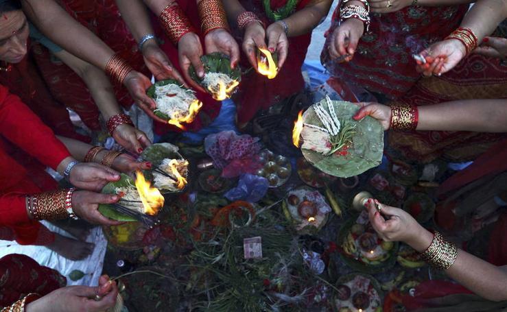Las mujeres de Nepal piden buena salud para sus maridos en el Festival Rishi Panchami