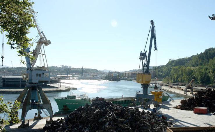 El puerto de Pasaia lima su caída