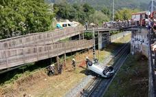 Herido un hombre de 78 años al caer su vehículo a las vías del tren en Mendaro