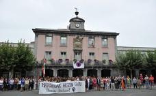 Decenas de personas condenan en Villabona el supuesto asesinato de Sofía Tato por su marido
