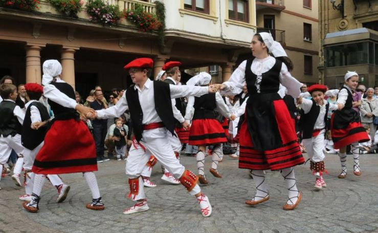 Haurren Euskal jaia dantzariz betea