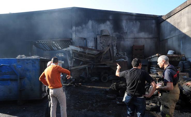 Un incendio destruye un pabellón de Hierros Servando en Mallabia