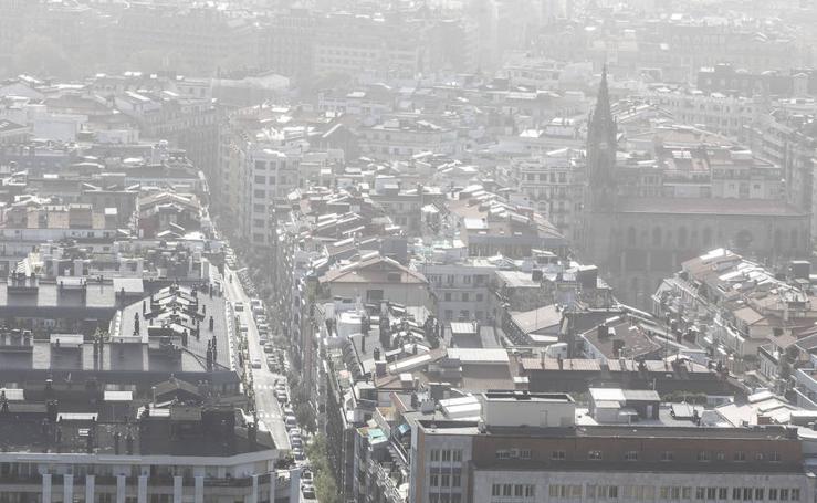 Llega a Donostia el humo y el olor a quemado de los incendios de Galicia