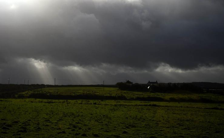 El huracán 'Ophelia' provoca la cancelación de más de 200 vuelos en Irlanda