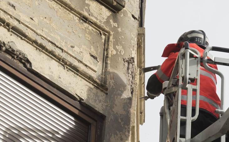 Desprendimientos de una fachada en el centro de San Sebastián