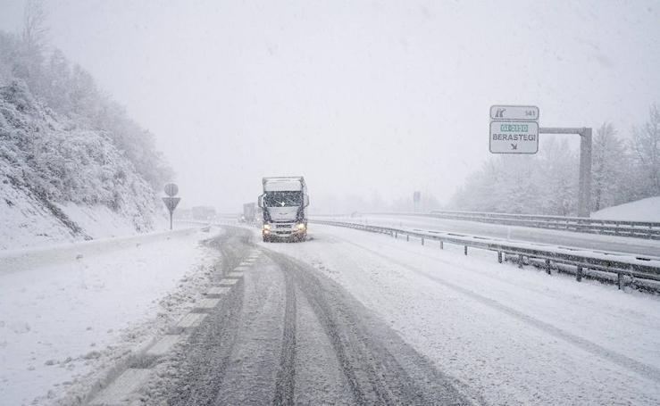 La nieve complica la circulación en las carreteras