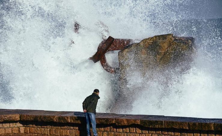 Las olas dejan bellas estampas en Donostia