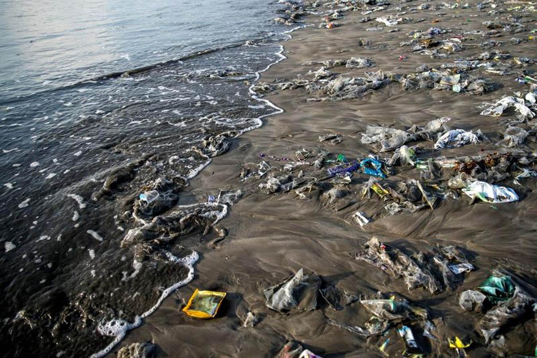 El destino más turístico de Bali se llena de plástico