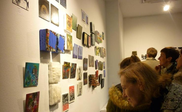 Arte pieza txikiak handi egiten dituen erakusketa