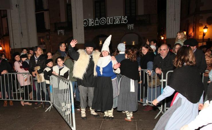 Olentzero y Mari Domingi por las calles de Ordizia