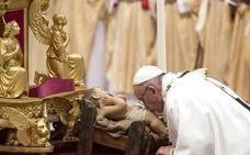 El Papa recuerda a quienes huyen de los «Herodes de turno» en la misa del Gallo