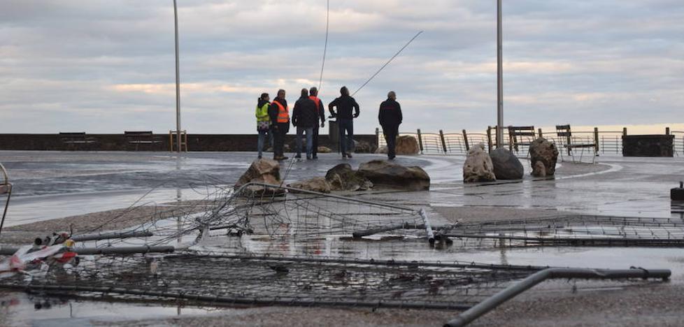 El Paseo Nuevo de San Sebastián continuará cerrado hasta mañana tras sufrir pequeños destrozos
