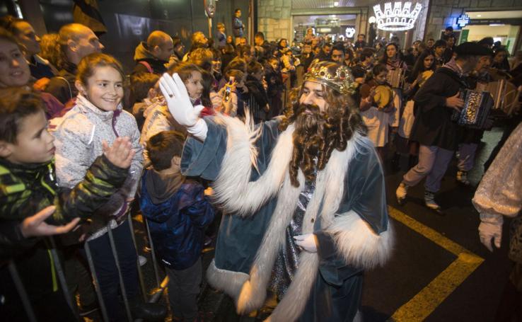 Noche de ilusión con la llegada de los Reyes Magos a Irun