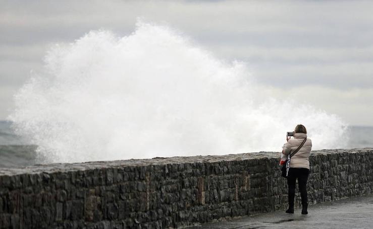 Las alertas por olas obligan a cerrar el Paseo Nuevo para vehículos