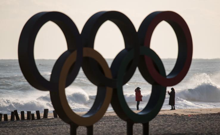 Arte olímpico en la playa de Gyeongpo