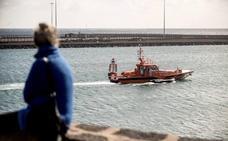 Detenidos dos españoles que tripulaban una patera en el Estrecho