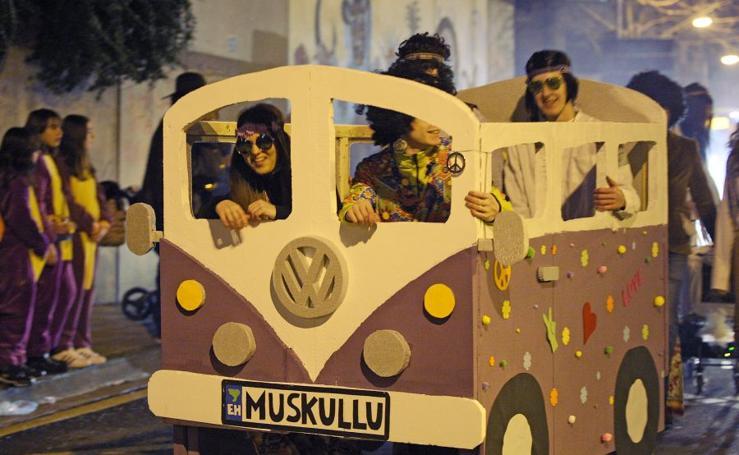 Sonrisas y música en el desfile de Errenteria
