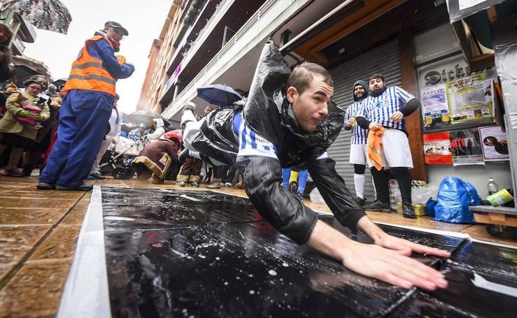 El Carnaval de Tolosa desafía a la lluvia