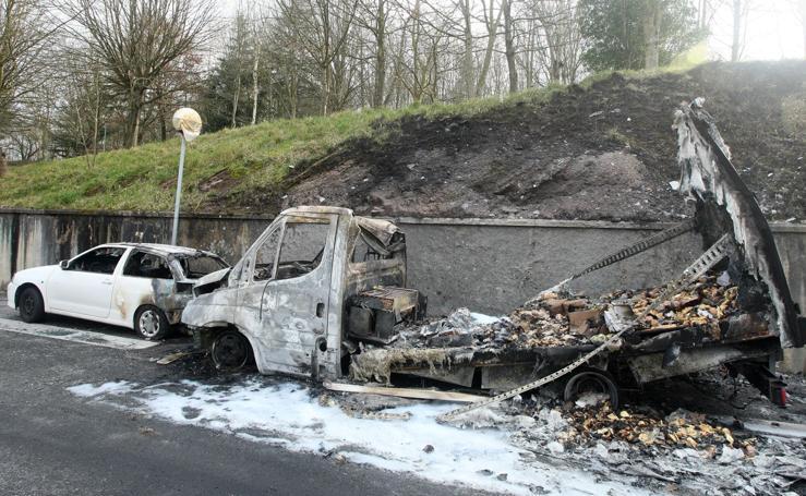 Calcinados por un incendio un camión y un turismo estacionados en Lezo