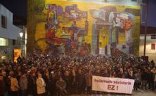 Decenas de personas se concentran en Usurbil en protesta por la agresión a una mujer