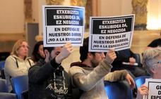 Asociaciones de vecinos y plataformas protestan por la aprobación de la ordenanza donostiarra de pisos turísticos