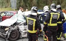 Cinco heridos tras colisionar su coche contra un camión en Usurbil