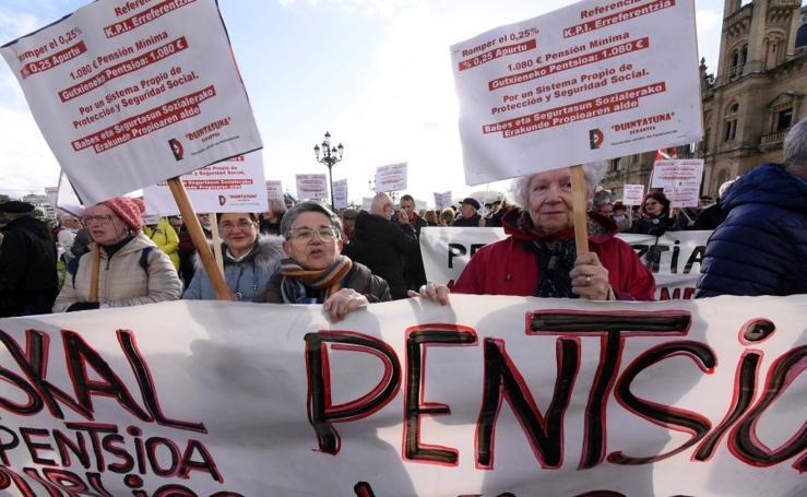 Miles de personas toman Donostia por las pensiones