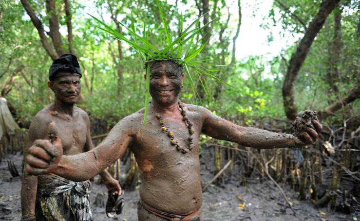 Los balineses se untan en barro