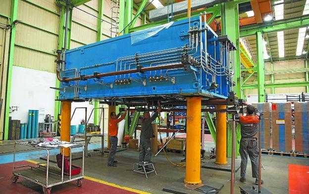Empleados de la fábrica de Gestamp en Hernani trabajan en una de las máquinas de la multinacional./MICHELENA