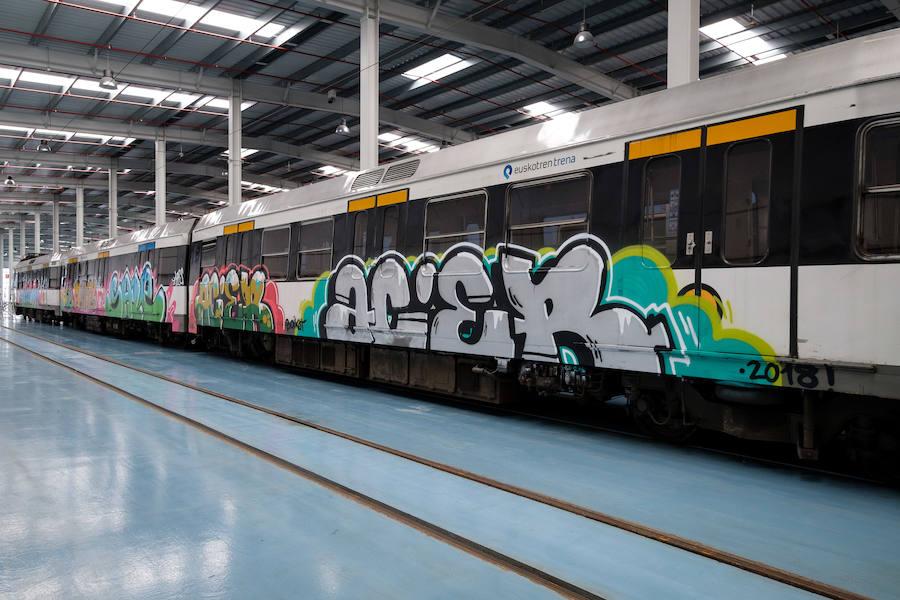 Grafitis en los vagones de Euskotren