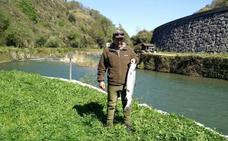 Pagan 1.700 euros por el primer salmón del Bidasoa