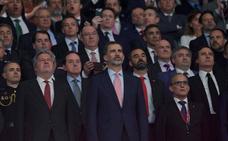 Menos pitidos y más vítores para el himno español