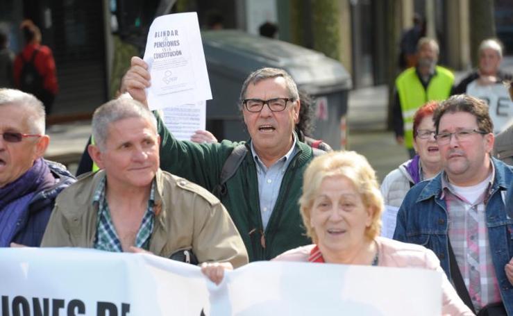Manifestación de pensionistas por las calles de Donostia