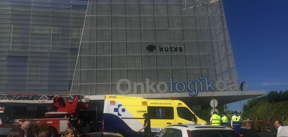 «Estábamos en quirófano cuando hemos visto humo», relata un trabajador de Onkologikoa