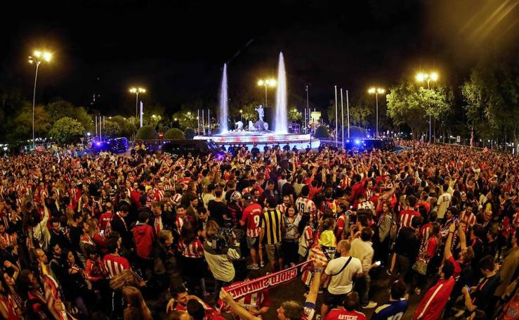 La afición del Atlético celebra la Europa League en Neptuno