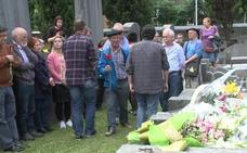 Medio centenar de personas homenajean en Derio al etarra Etxebarrieta