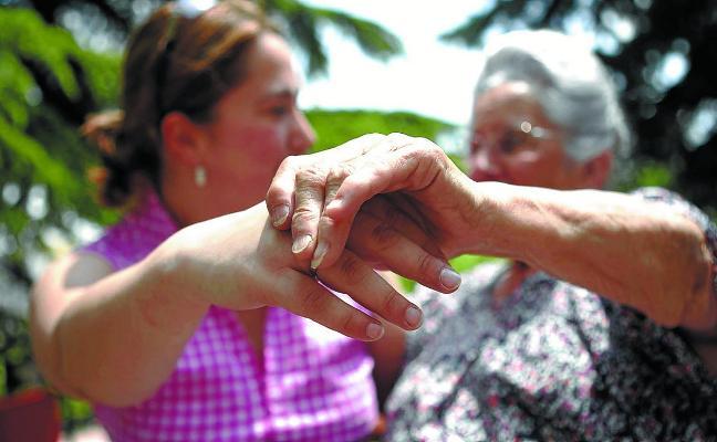 Las familias que cuidan a dependientes tendrán que formarse desde julio para cobrar la ayuda