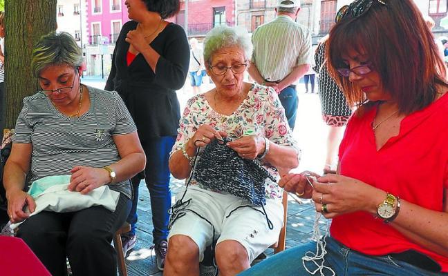 'Josiz' invita a hacer punto y ganchillo en el centro gerontológico esta tarde