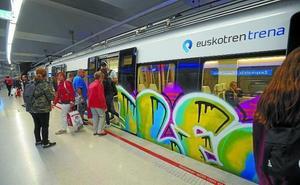 Un detenido tras ser sorprendido un grupo de grafiteros pintando un tren en Irun