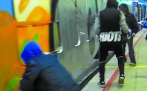 Un nuevo ataque de un grupo de grafiteros a Euskotren se salda con un detenido en Irun