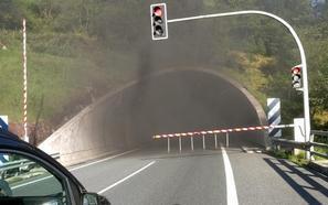 Un incendio de un coche paraliza durante dos horas el tráfico en los túneles de San Lorenzo y Berategi en la A-15